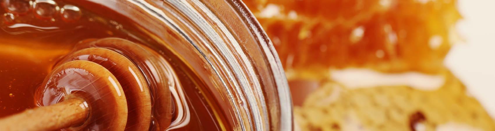 Un frasco de miel en primer plano.